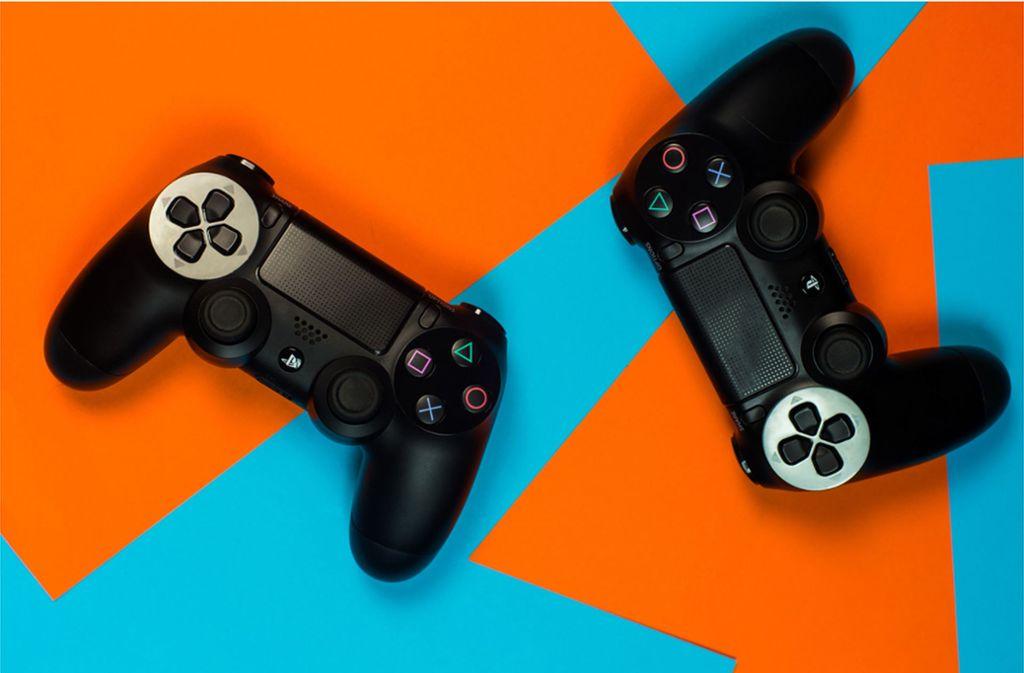 Die Playstation-Controller haben sich von Generation zu Generation weiterentwickelt. Foto: Shutterstock/Iren Key