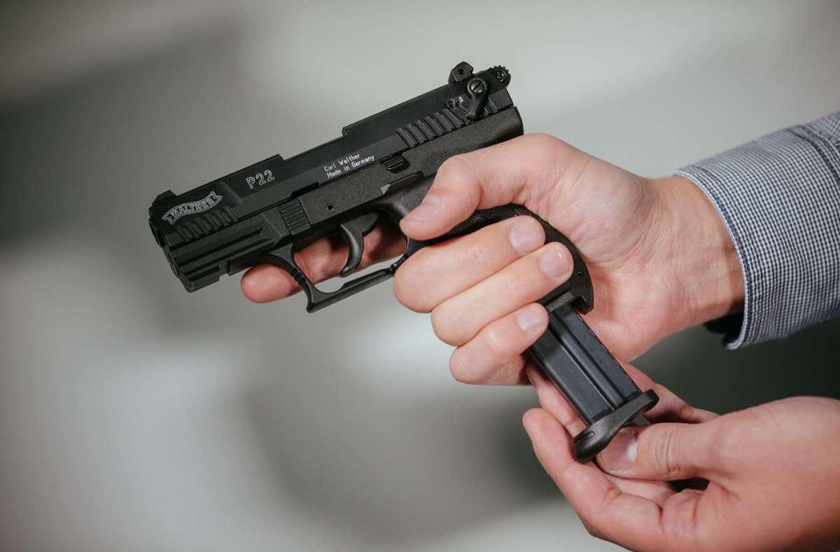 Die Polizei fand Waffen in der Wohnung (Symbolbild). Foto: dpa/Oliver Killig
