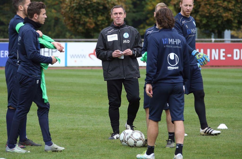 Gibt seit Montag die Kommandos für die Regionalliga-Fußballer der Kickers: Trainer Dieter Märkle (Mi.) Foto: Baumann