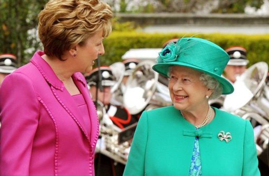 Die Queen plaudert mit der irischen Präsidentin Mary McAleese. Es ist ein historischer Moment. Als erste britische Monarchin seit der Unabhängigkeit der Irischen Republik ist sie zu einem Staatsbesuch auf der grünen Insel. Foto: dpa