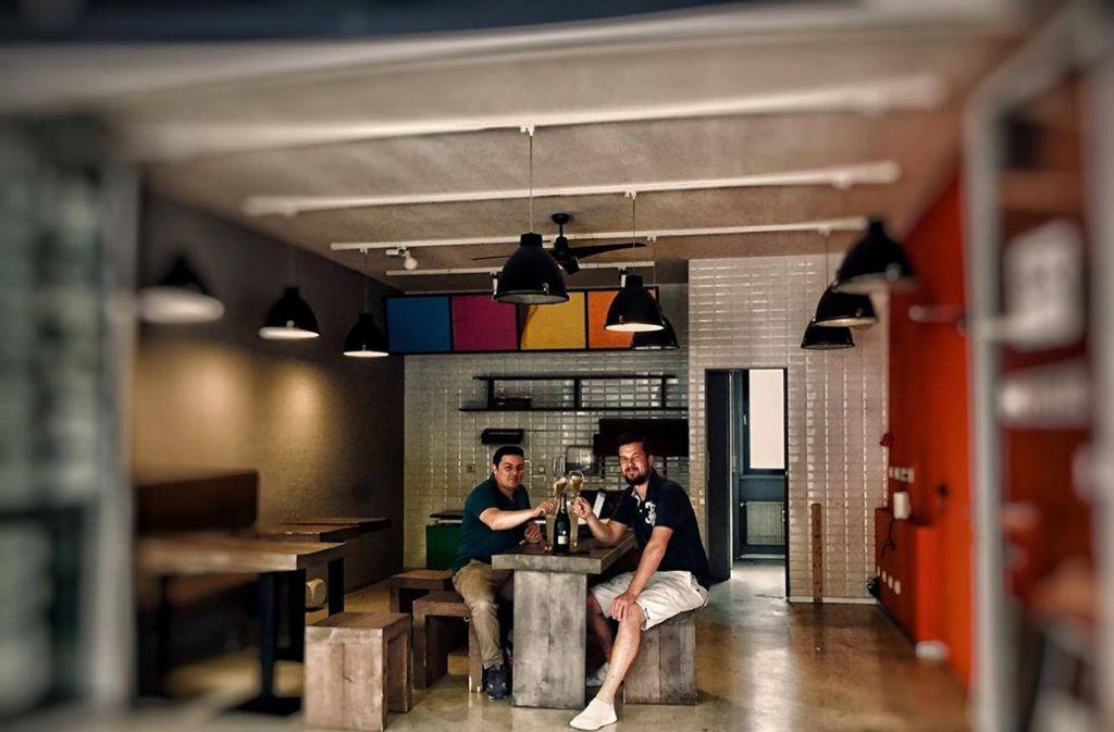 Dino Zippe (links) und Knud Scheibelt eröffnen an der Theo eine neue Bar. Foto: Scheibelt