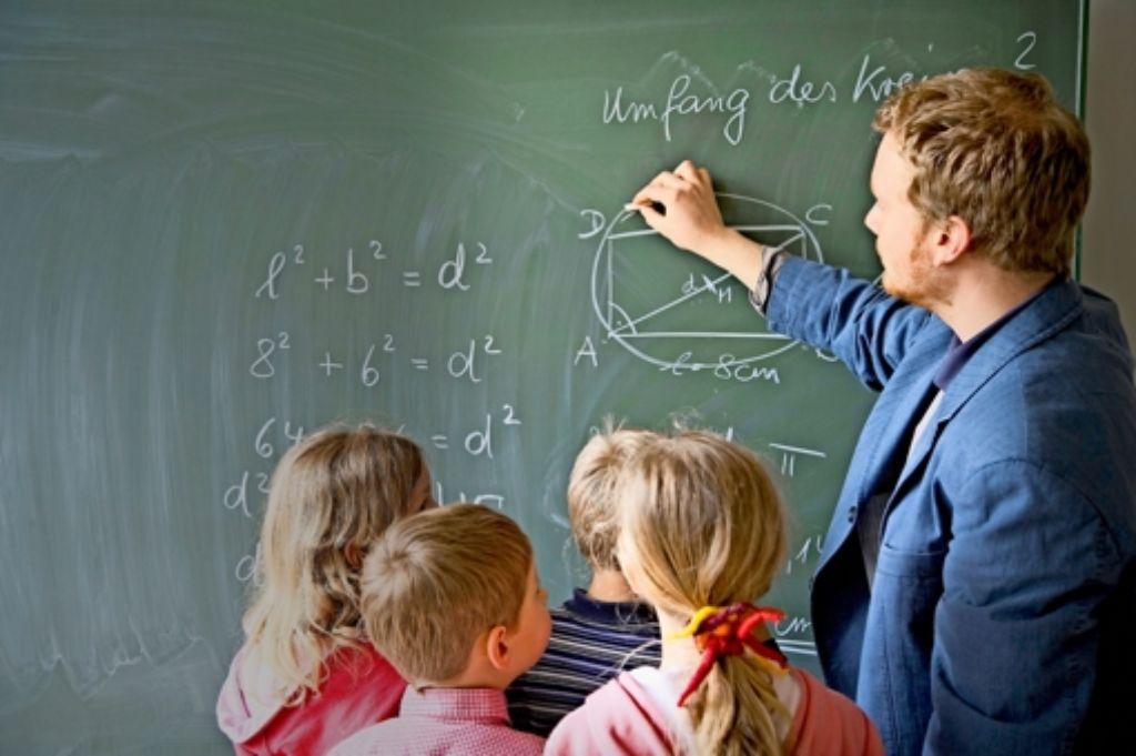 Neues Schuljahr, neuer junger Lehrer: an vielen Schulen in Baden-Württemberg steht ein Generationswechsel bevor. Foto: dpa