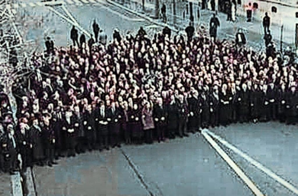 Anders als vermutet, bilden die Politiker nicht die Spitze des Trauermarsches. Sarkozy in der ersten Reihe – wo er aber  nicht hingehört. Foto: Internet