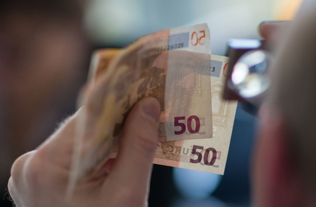 Falsche 50- und 10-Euro-Scheine sind im Darknet illegal erworben worden – auch in Stuttgart gab es deswegen jetzt Hausdurchsuchungen. (Symbolbild) Foto: dpa/Andreas Arnold
