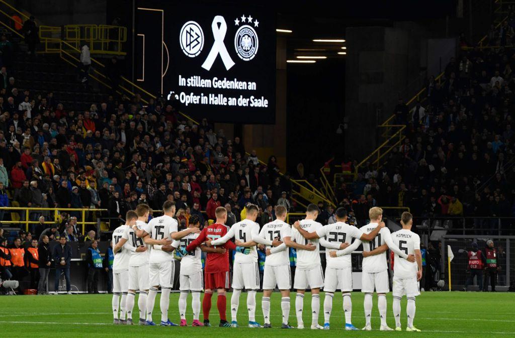 Die Schweigeminute vor der Partie Deutschland gegen Argentinien wird unschön gestört. Foto: AFP/INA FASSBENDER