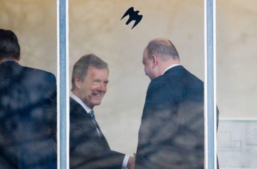 Treffen vor dem Gerichtssaal: Ex-Bundespräsident Christian Wulff (links) und sein ehemaliger Sprecher, Olaf Glaeseker Foto: dpa