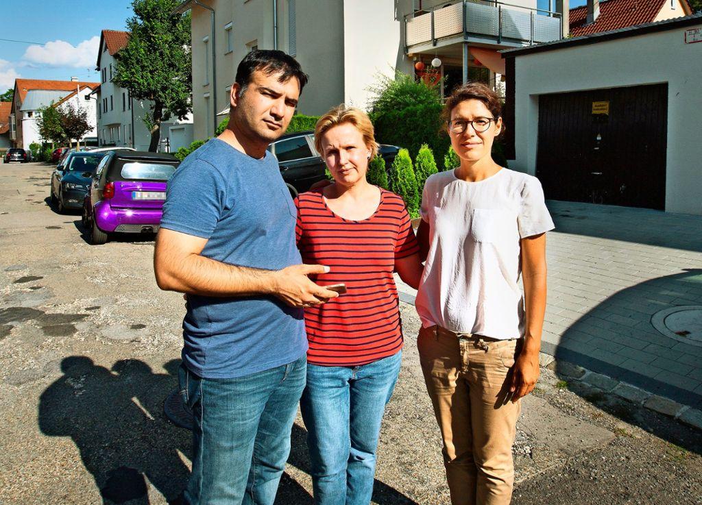 Haydar und Monika Zobu und Gabriela Stevanovic (von links) haben ihr Zuhause verloren und  wissen nicht,  wie es weiter gehen soll. Foto: Horst Rudel