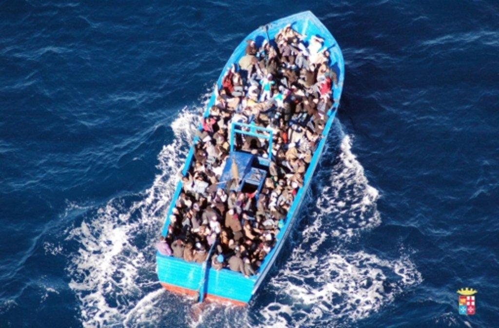 Fast täglich versuchen Flüchtlinge, in überfüllten Booten nach Europa zu gelangen. Foto: dpa