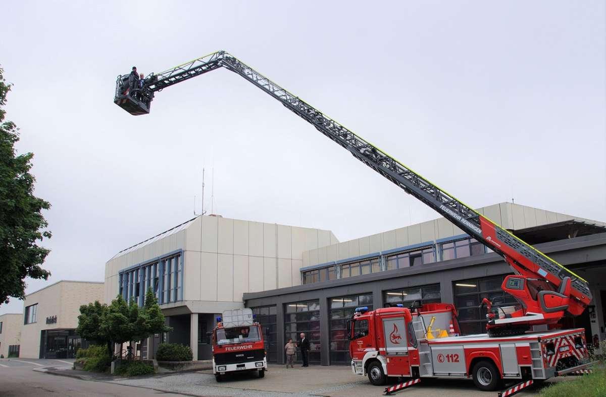 Bürgermeister Wolfgnag Faißt schaute sich bei der Inbetriebnahme der neuen Drehleiter auch Renningen aus der Höhe an. Foto: Stadt Renningen