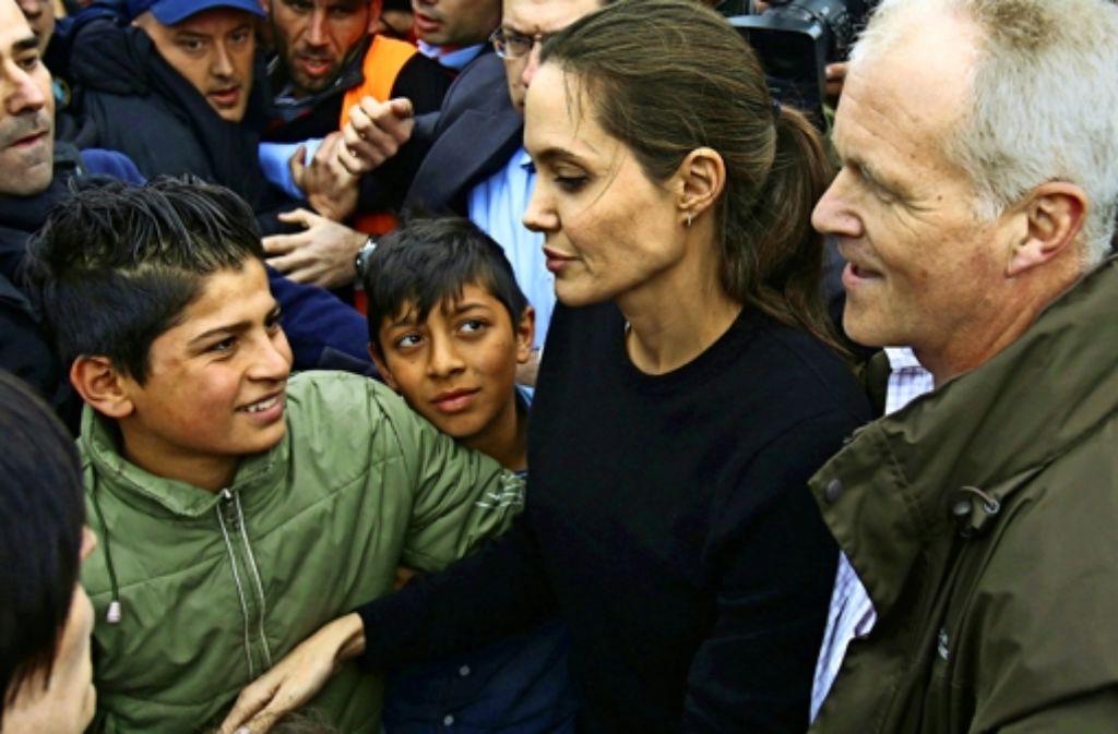 Am Mittwoch hat die US-Schauspielerin Angelina Jolie   auf dem Weg ins Flüchtlingslager Idomeni  an der Grenze zu Mazedonien  mit Flüchtlingen in  Piräus gesprochen. Foto: AFP