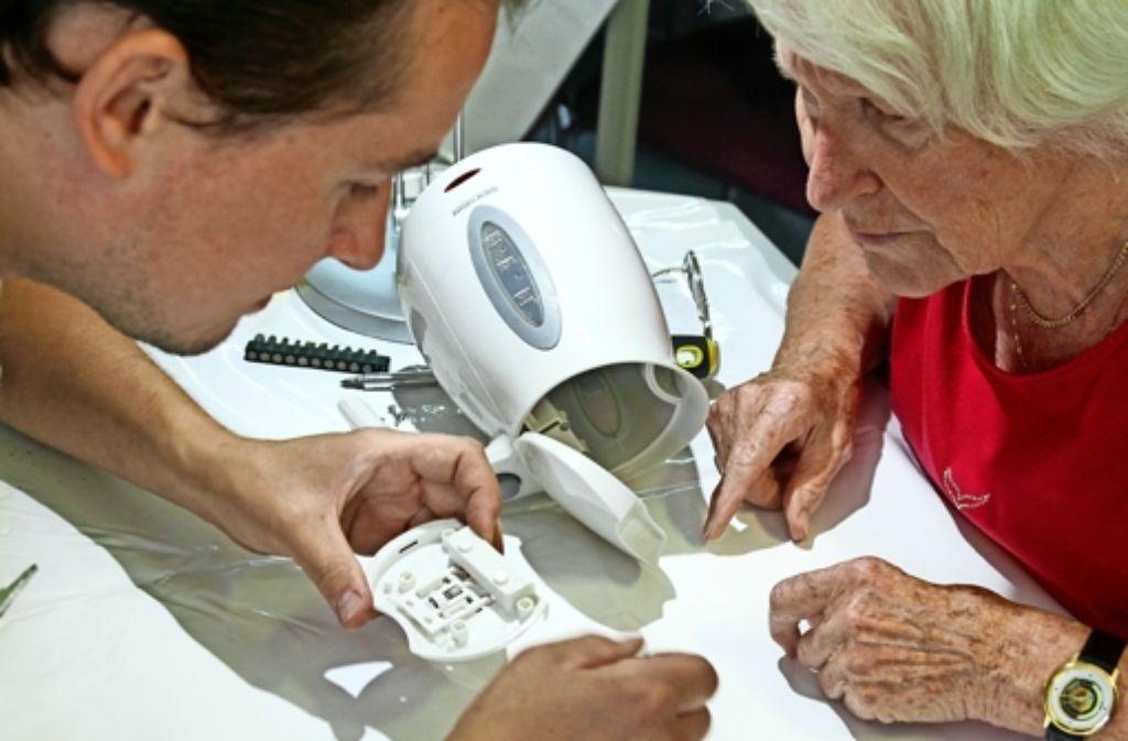 Martin Langlinderer repariert den Wasserkocher von Linda Strunz. Foto: factum/Granville