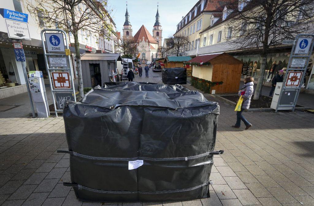 Riesige Wassersäcke sind als Schutzbarrieren in Ludwigsburg im Einsatz. Foto: factum/Granville