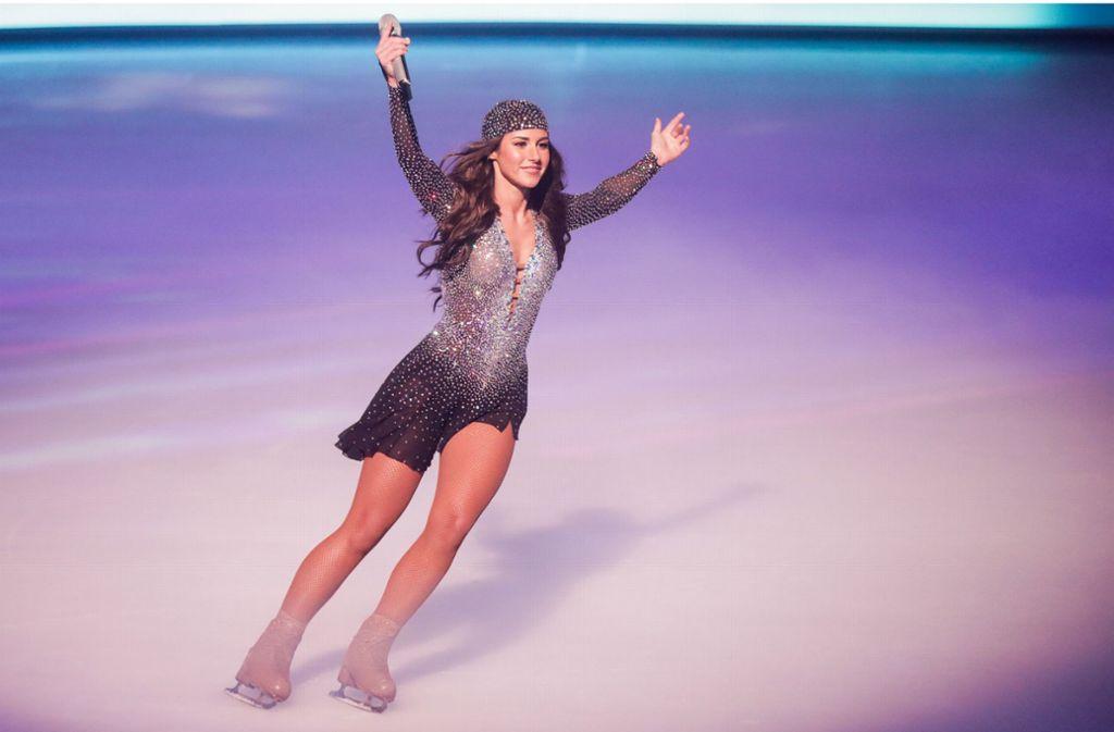 """Sarah Lombardi fährt im Finale der SAT.1-Show """"Dancing on Ice"""" lächelnd über das Eis. Foto: dpa"""