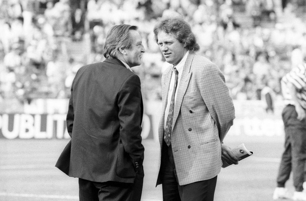 Der damalige Präsident des VfB, Gerhard Mayer-Vorfelder (links) mit Trainer Arie Hahn beim Uefa-Cup-Finale gegen den SSC Neapel. Foto: Pressefoto Baumann