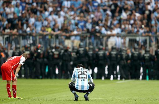 Spiel in München nach Ausschreitungen unterbrochen