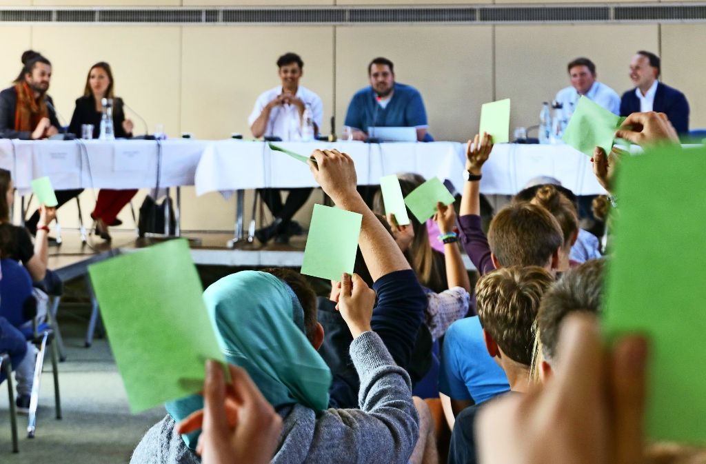 Die Idee des Jugendgemeinderats kommt an: Vor der Diskussion bekommen die Besucher grüne und rote Zettel, mit denen sie Aussagen der Politiker direkt mit Zustimmung oder Ablehnung kommentieren können. Davon machen die Schüler regen Gebrauch. Foto: factum/Granville