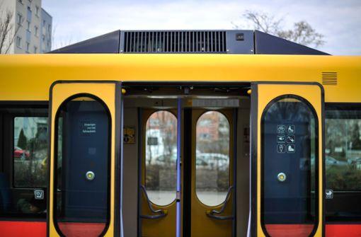 76-Jährige verletzt sich bei Notbremsung von Stadtbahn schwer