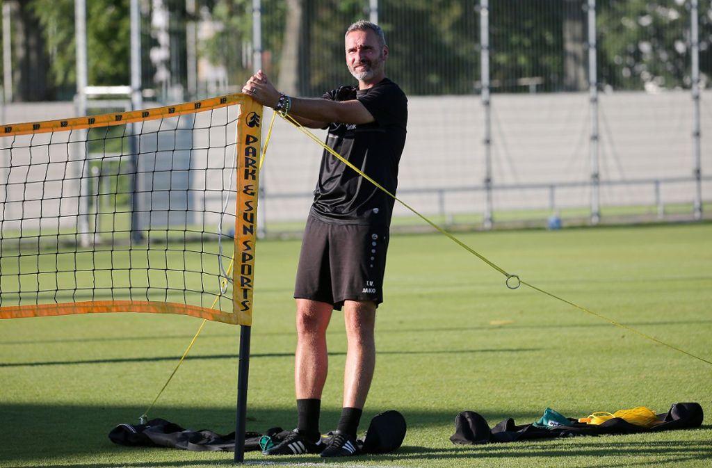 Tim Walter lässt seine Mannschaft an diesem Dienstagmorgen zunächst  in Gruppen trainieren. Foto: Baumann