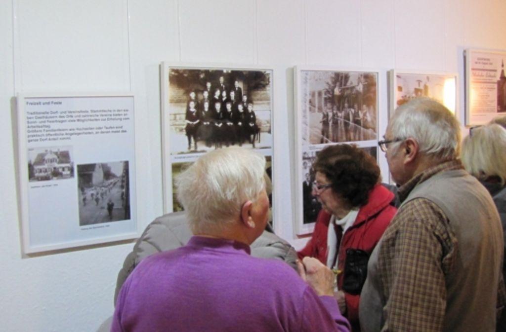 """So mancher """"Sillebicher"""" entdeckte bei der Ausstellungseröffnung sich, Verwandte oder Bekannte auf den Bildern. Foto: Eveline Blohmer"""