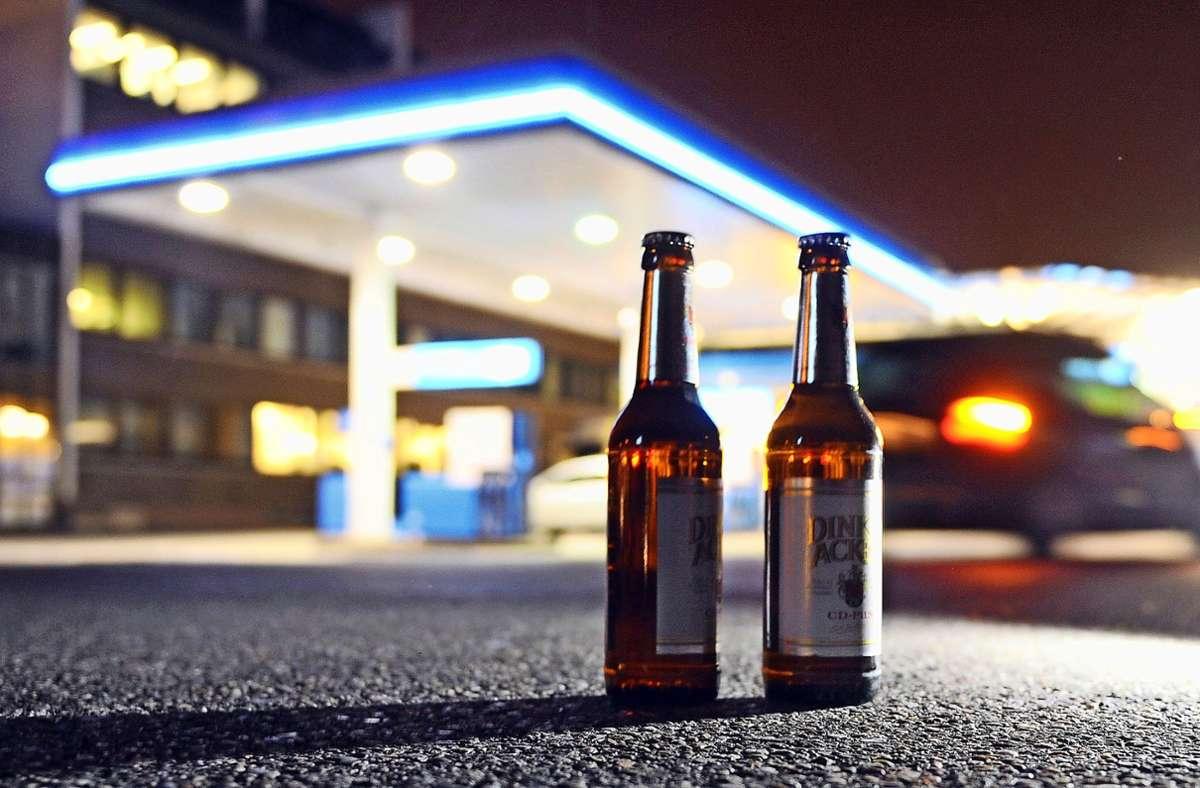 Ums Bier von der Tanke geht's bei Jugendschutzkontrollen weniger – gefahndet wird nach hochprozentigem Alkohol Foto: dpa/Bernd Weißbrod