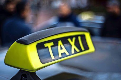 Unbekannte attackieren Taxifahrer
