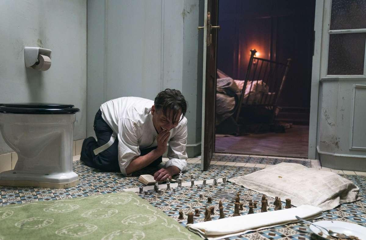 """Oliver Masucci alias Bartok im Film """"Schachnovelle"""". In dieser Szene befindet er sich in Einzelhaft in Wien. Foto: Studiocanal/ Walker + Worm Film/Julia Terjung"""