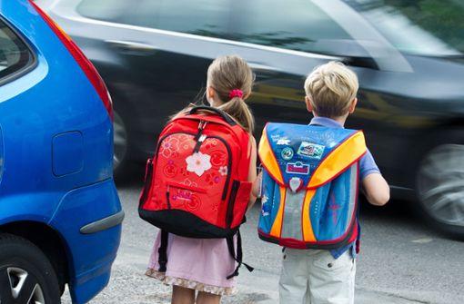 Kind will Stadtbahn erwischen und wird von Auto erfasst