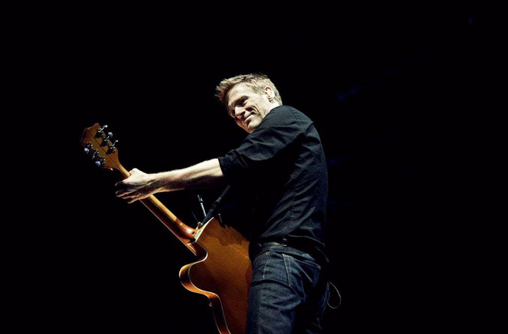 Er beginnt sein Konzert schnell und rockig, in trockenem, harten Sound. Foto: promo