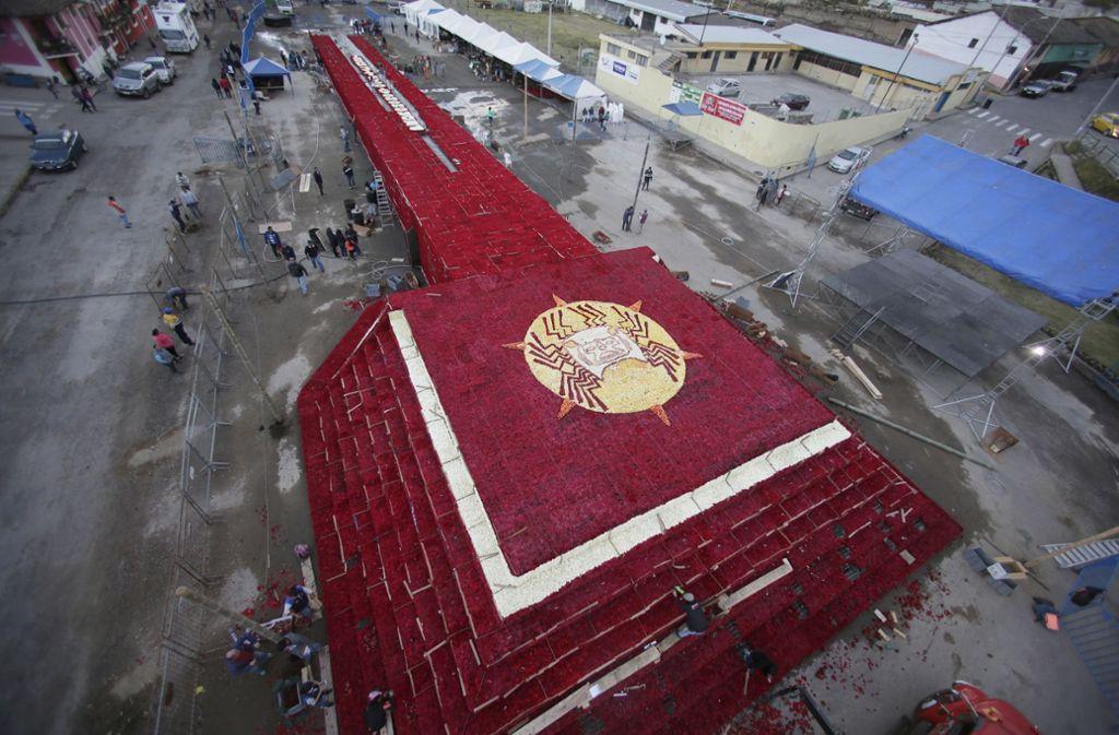 Etwa 1500 Personen halfen beim Bau der Rosenpyramide, indem sie durchschnittlich 16 Stunden pro Tag arbeiteten. Foto: AP