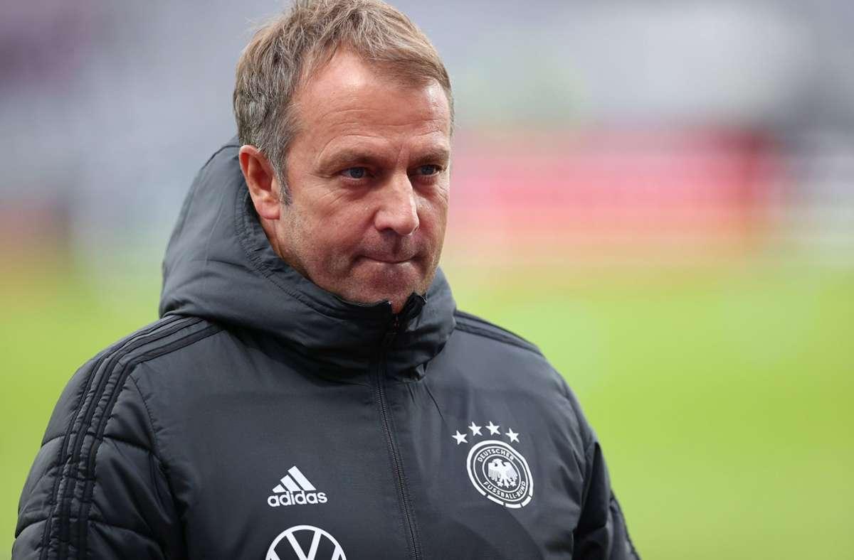 Die DFB-Elf mit Trainer Hansi Flick musste einen ungeplanten Stopp in Edinburgh machen. Foto: dpa/Christian Charisius