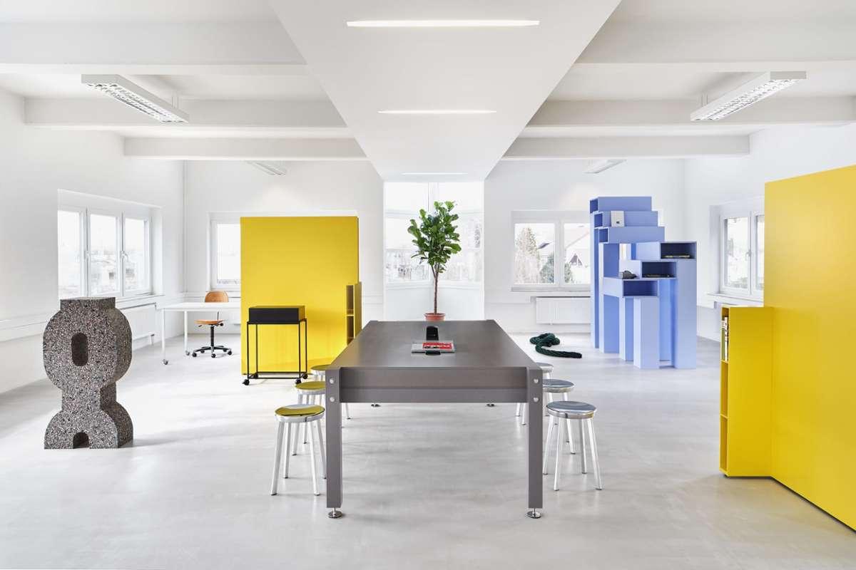 Am Morgen noch Raum für Workshops, am Abend Schauplatz einer Vernissage: Das Concept Office bricht nicht nur visuell, sondern auch konzeptionell mit den Konventionen der Arbeitswelt.  Foto: Max Feldhoff