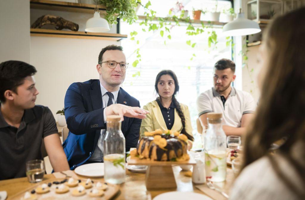 Gesundheitsminister Jens Spahn will den Pflegejob für ausländische Arbeitskräfte attraktiver machen. Foto: Xander Heinl/Photothek/BMG/dpa