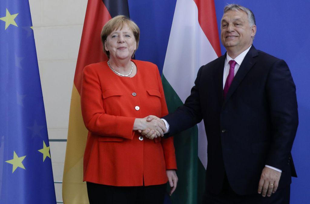 Ein selten gesehener Händedruck zwischen Kanzlerin Angela Merkel und Ungarns Ministerpräsident Viktor Orban. Foto: AP