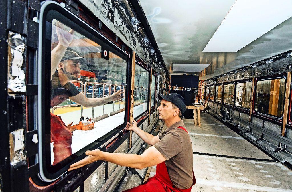 In einer Fertigungshalle in Bautzen bauen Mitarbeiter Fenster in einen Wagen ein. Foto: dpa