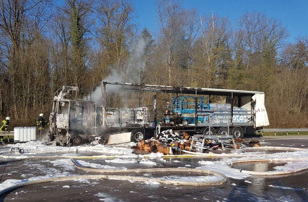 Der Lkw geriet auf der A8 bei Pforzheim in Brand. Foto: SDMG/Gress