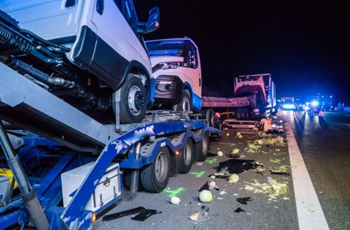 Lastzug kracht auf parkenden Lkw
