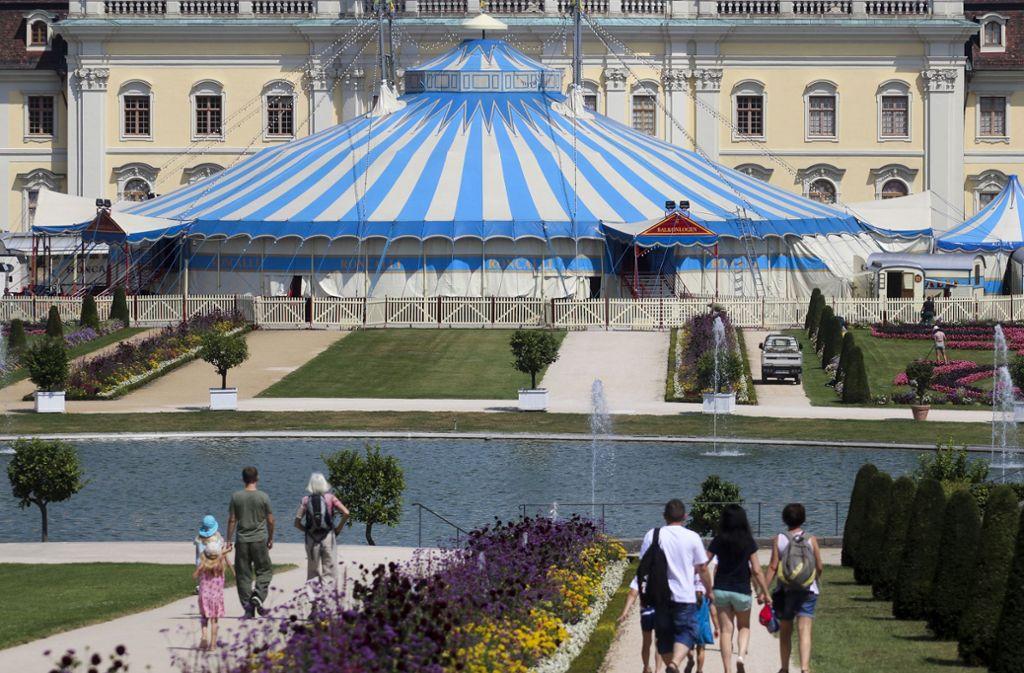 Fast schon ein vertrauter Anblick: Das Zirkuszelt vor dem Residenzschloss. Foto: factum/Granville
