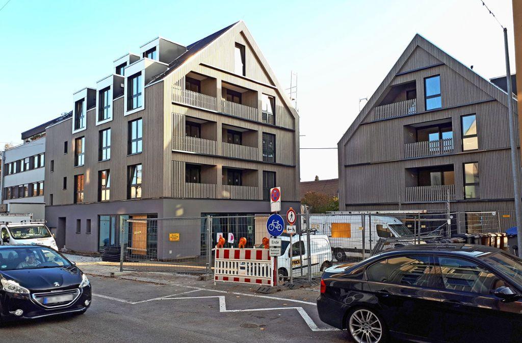 Schon recht weit fortgeschritten sind die Neubauten mit ihren Holzfassaden. Foto: Dirk Herrmann