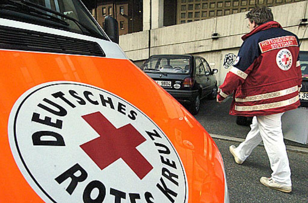 Nach einem Sturz in einen Bach bringen Rettungskräfte einen 93 Jahre alten Mann in ein Krankenhaus. (Symbolbild) Foto: dpa