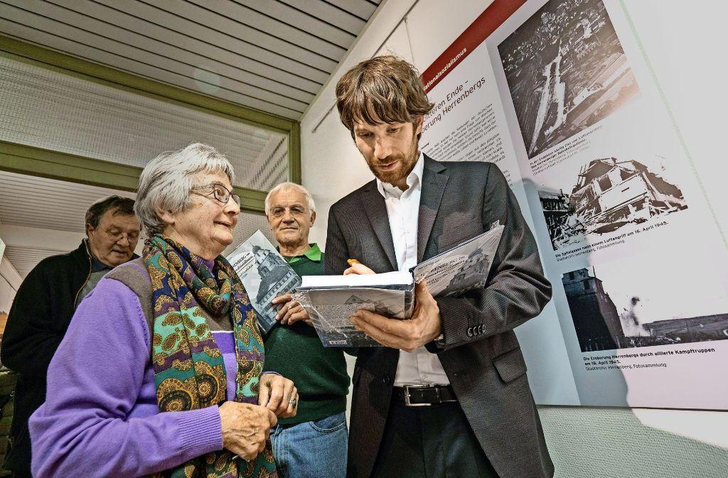 Marcel vom Lehn widmet den Ausstellungsbesuchern sein Werk. Foto: factum/Weise