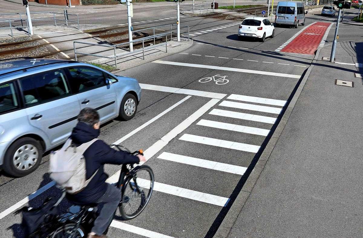 Die rote Fahrbahnmarkierung soll abbiegende Autofahrer auf geradeaus fahrende Radler aufmerksam machen. Foto: Stadt Stuttgart/ Hörner