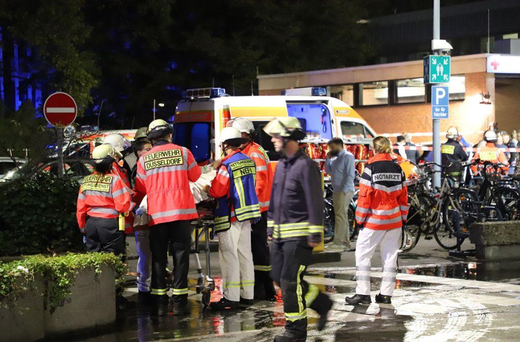 Wieder ein Brand in einer deutschen Klinik: Großeinsatz von Feuerwehr, Polizei und Rettungssanitäter im Düsseldorfer Marien Hospital. Foto: dpa