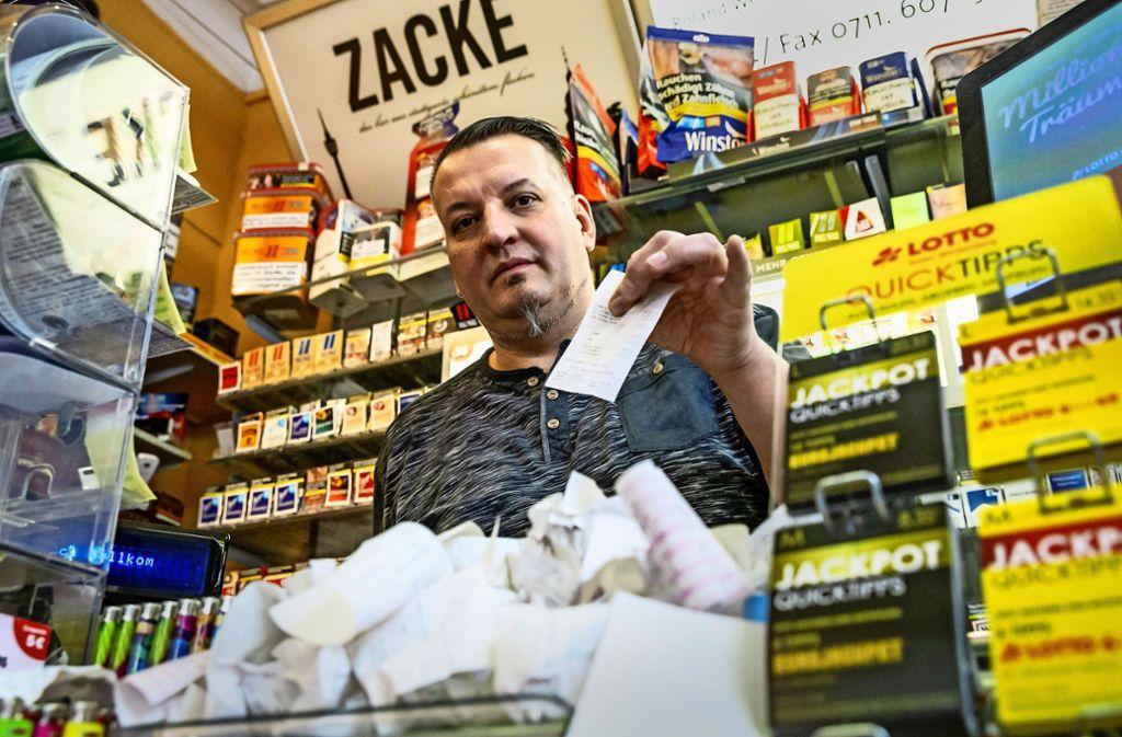 Roland Weninger betreibt seit 19 Jahren den Kiosk Schlagzeile im Lehenviertel. Die Bürokratie   für kleine Einzelhändler – wie jetzt die Bonpflicht –lässt ihn oft verzweifeln. Foto: Lichtgut/Julian Rettig