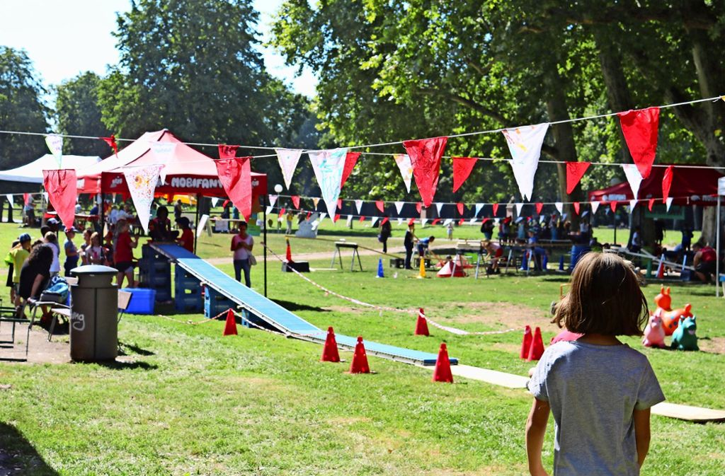 Beim großen Kinderfest rund um das Spielhaus im Schlossgarten wird klar – die Ferien könnten länger dauern. Foto: Julia Schenkenhofer