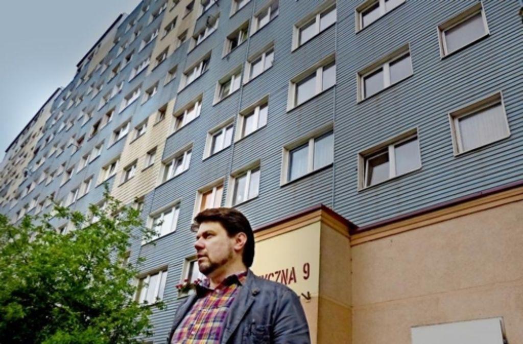 s Karzelek vor dem Plattenbau am Rand von Legnica, in dem seine Tochter im November versteckt wurde. Foto: Tim Höhn