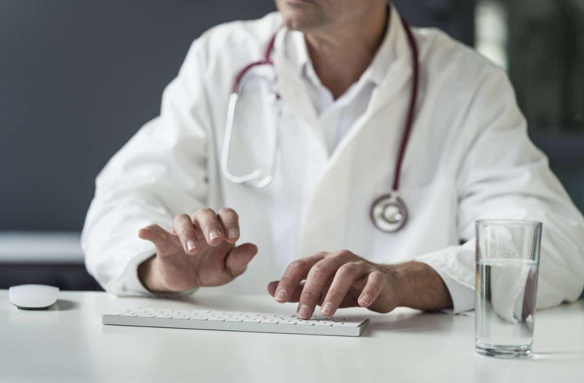 Man prüfe etwa, ob Neueinstellungen davon abhängig gemacht werden könnten, dass Ärzte bereit seien, Schwangerschaftsabbrüche durchzuführen. Foto: imago images/Westend61/Joseffson