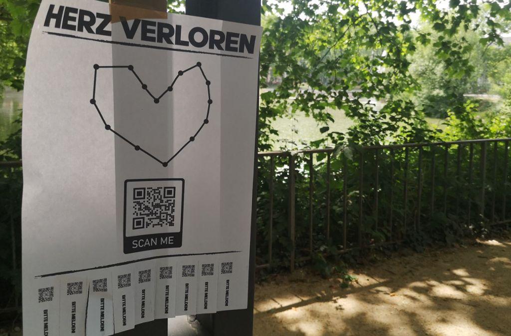 Am Stuttgarter Feuersee hängt ein Herz-Zettel mit QR-Code. Foto: Julian Kares