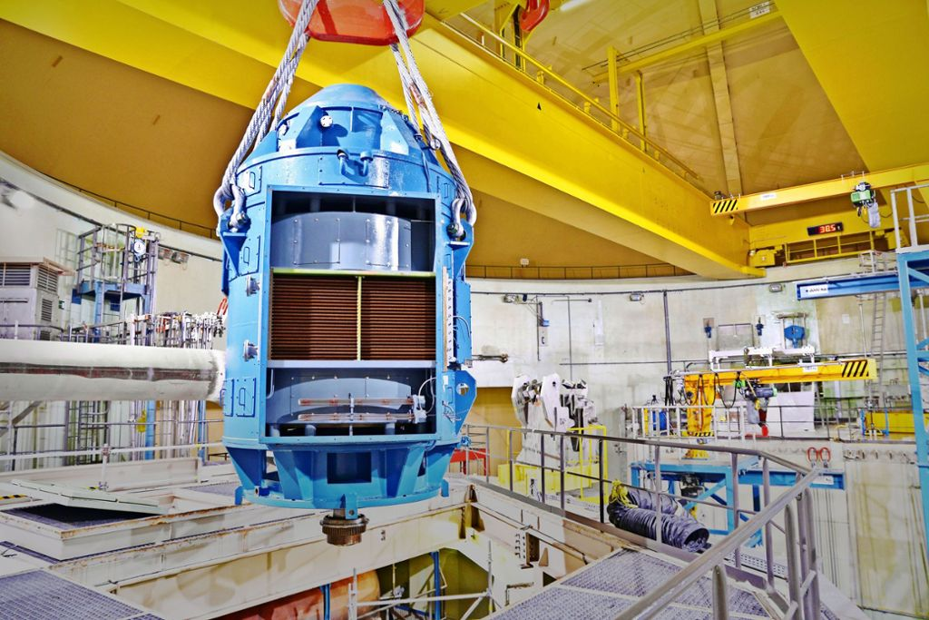 Abgekoppelt: Ein Motor für eine Hauptkühlmittelleitung wird ausgebaut. Foto: EnBW