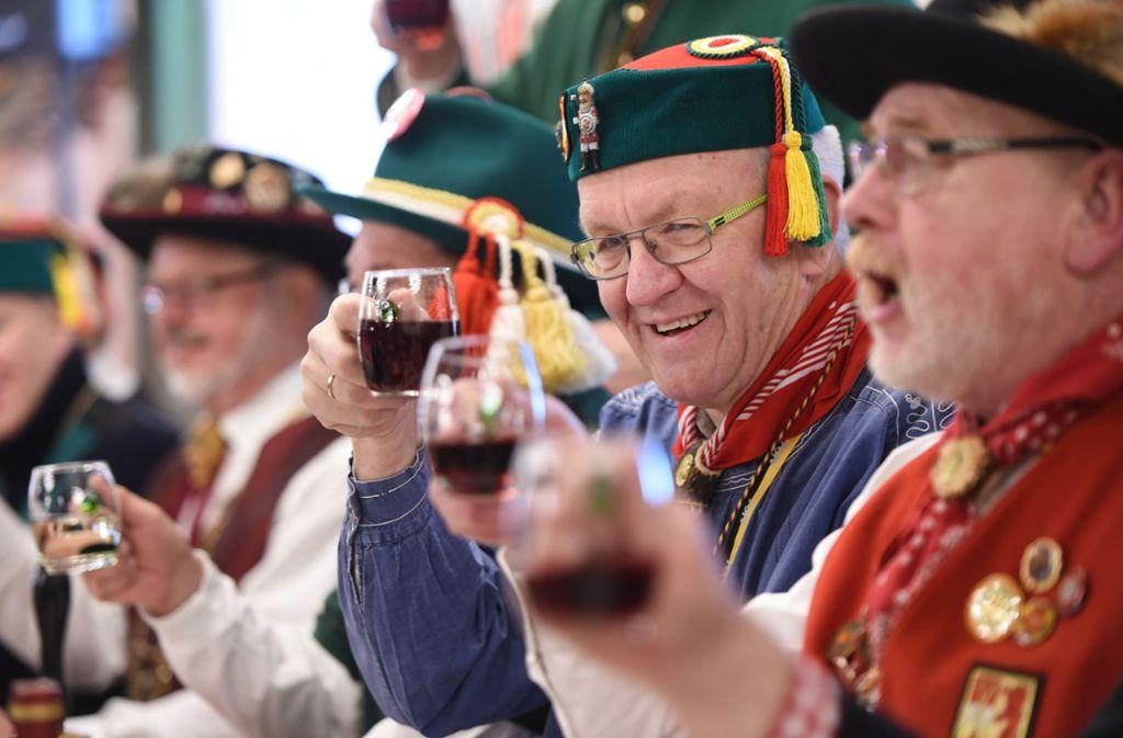 Hoch die Tassen und dann runter damit: Winfried Kretschmann durfte am Fastnachtsdienstag eine ordentliche Portion Froschkutteln essen. Foto: dpa