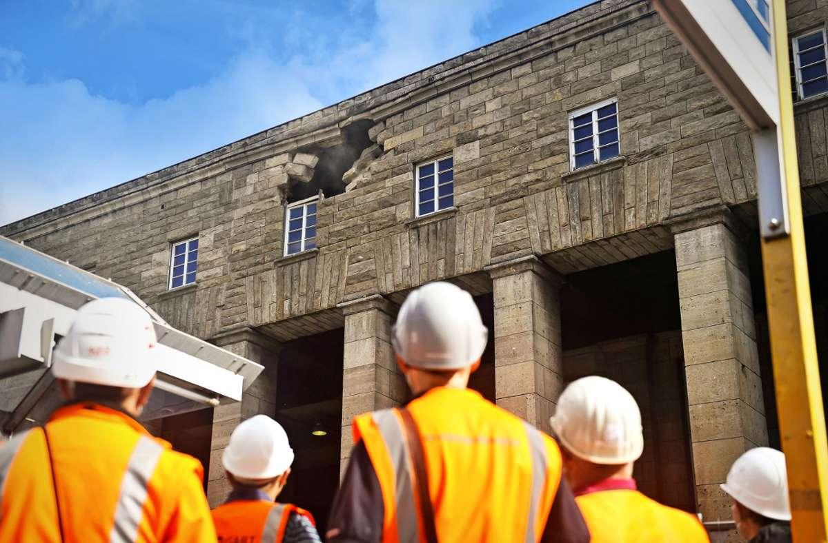 Experten untersuchen die Ursache des Fassadenabsturzes. Foto: Lichtgut/Max Kovalenko